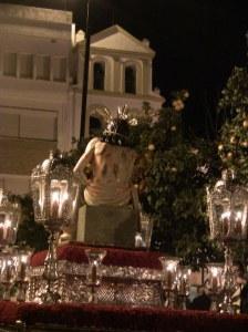 Una estampa inusual: el Abuelito frente a la parroquia de San Francisco de Asís.